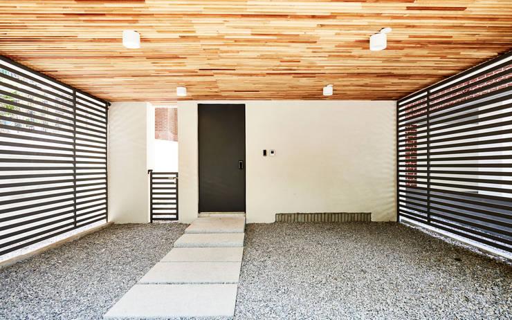 LEE 협소(소형)주택: 디자인사무실의  복도 & 현관,모던