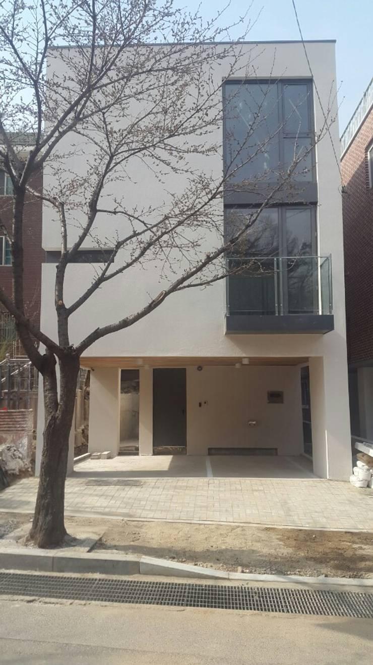LEE 협소(소형)주택: 디자인사무실의  주택,모던