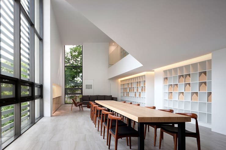 Pasillos y vestíbulos de estilo  por 디자인사무실