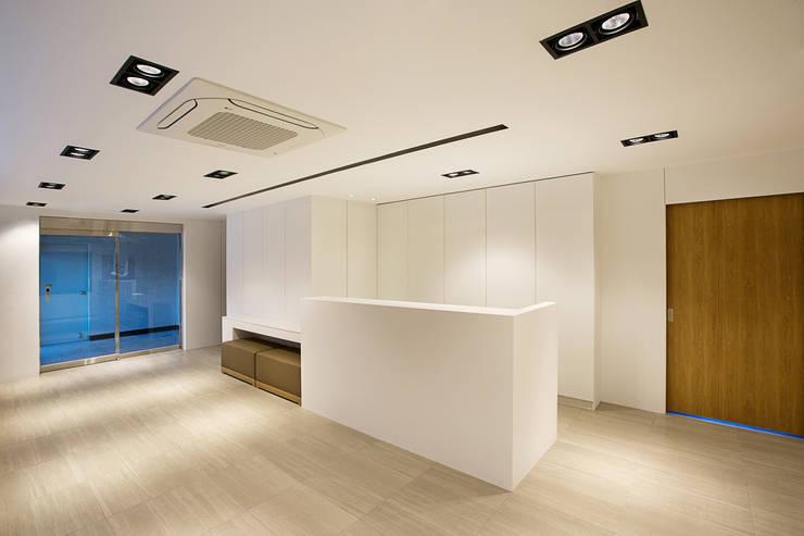 medical center: 디자인사무실의  서재 & 사무실
