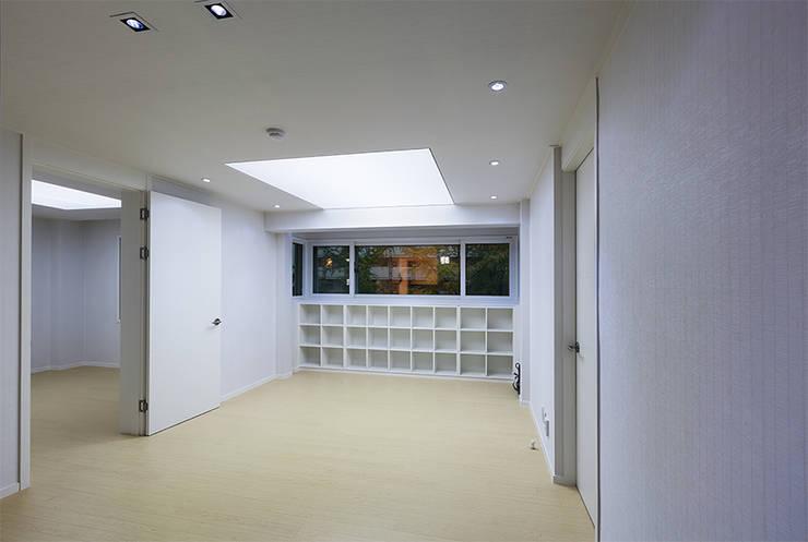 Connect House: 디자인사무실의  거실,모던