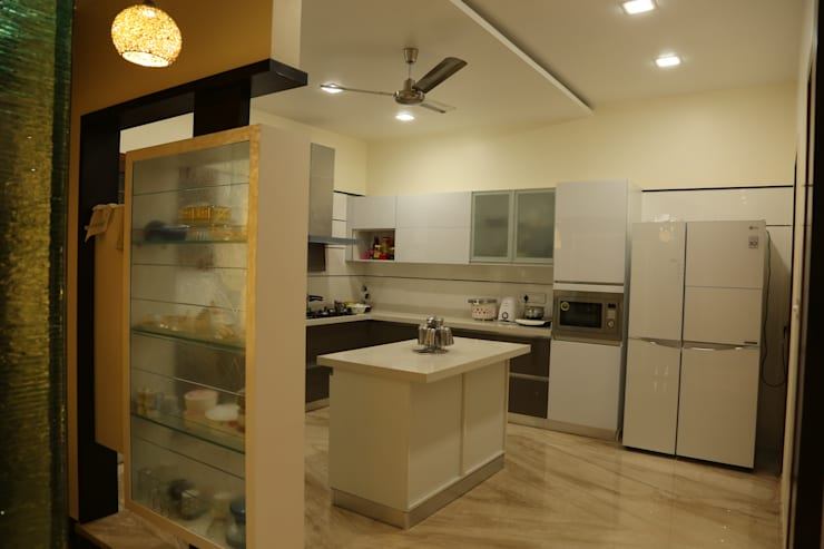 Kitchen supplied by Home center:  Kitchen by Hasta architects