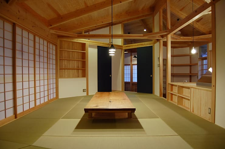 茶の間スタイル: 環アソシエイツ・高岸設計室が手掛けたリビングルームです。
