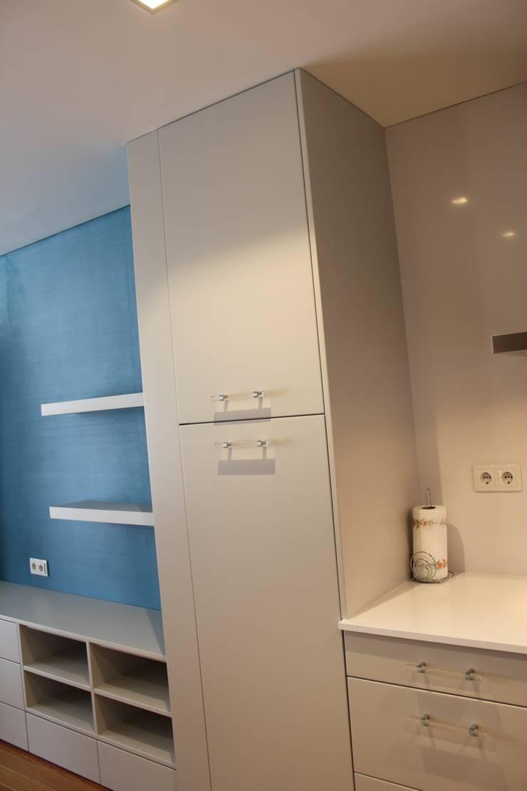 Cozinha Lacada : Cozinha  por Cozicentro Lda ,