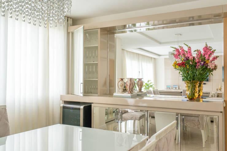 Cristaleira: Salas de jantar  por Studio Bene Arquitetura