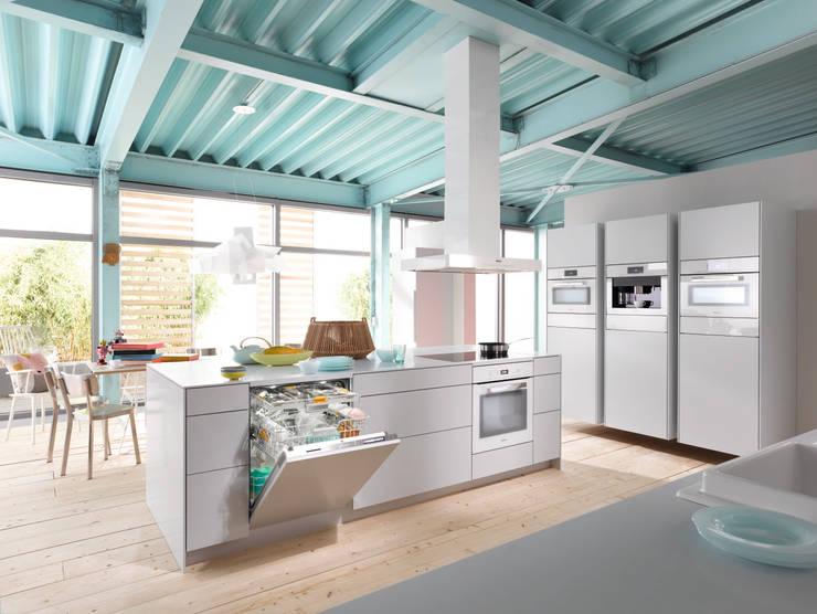 White Miele Appliances: modern Kitchen by Hehku