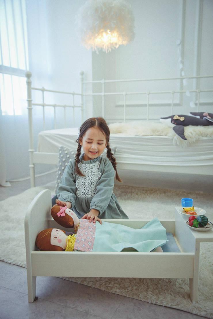 인형놀이용 원목침대와 이불세트: heydoll의  아이 방