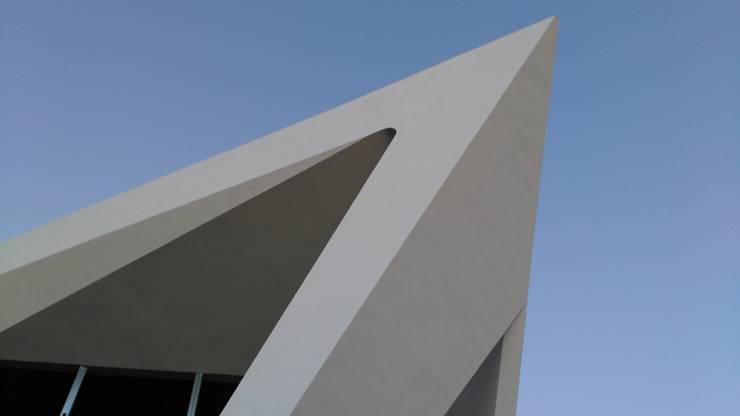 PT - Construcção EN - Construction: Casas  por Office of Feeling Architecture, Lda
