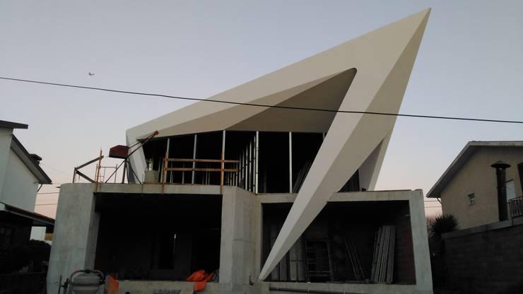 PT - Construcção EN- Construction: Casas  por Office of Feeling Architecture, Lda