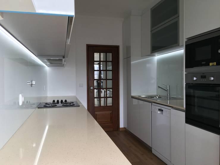 Modern kitchen by Obras & Detalhes, Engenharia e Construção Modern