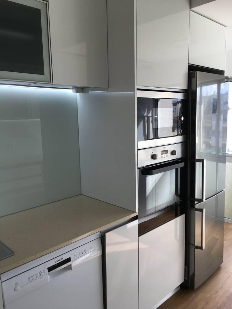 Obra Casa Branca: Cozinhas  por Obras & Detalhes, Engenharia e Construção,