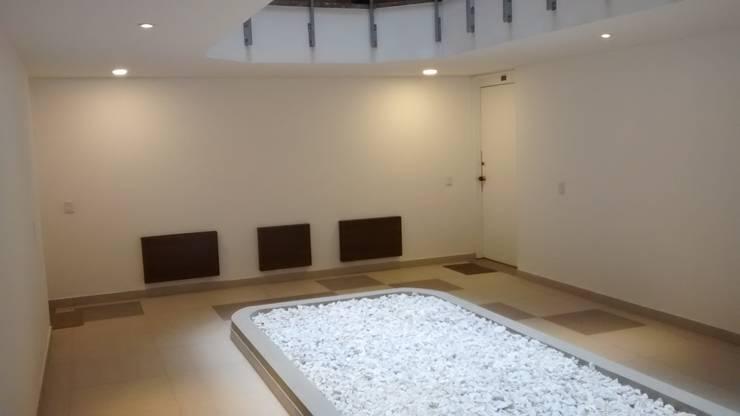 Edificio Colina Campestre No. 2: Pasillos y vestíbulos de estilo  por bdl concept/studio