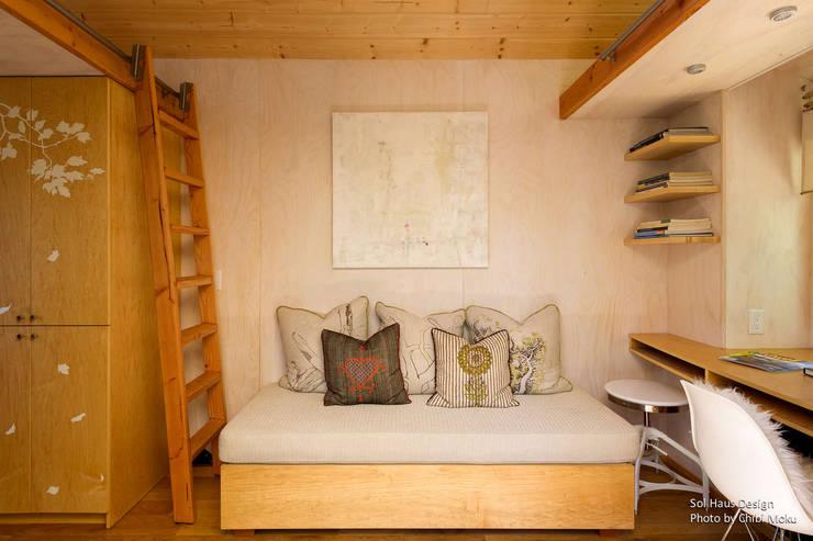 Sol Haus Design - Vina's Tiny House - Interior 4:  Wohnzimmer von Chibi Moku