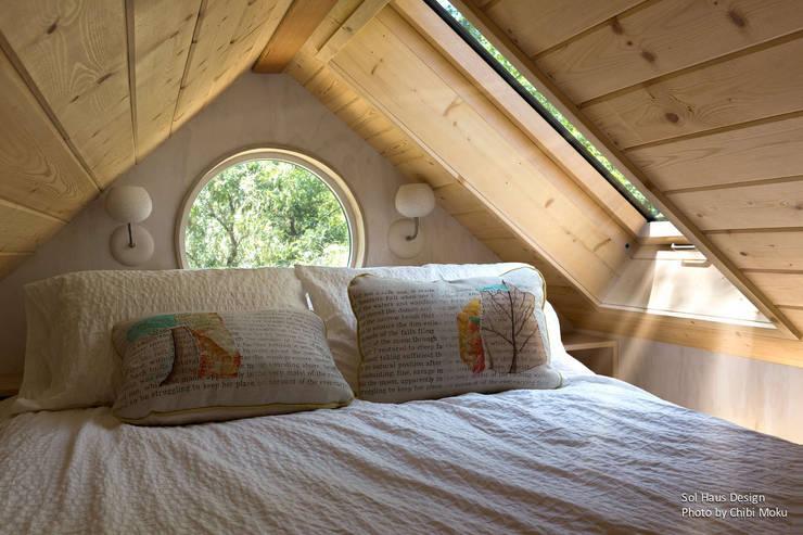 Sol Haus Design - Vina's Tiny House - Interior 5:  Schlafzimmer von Chibi Moku