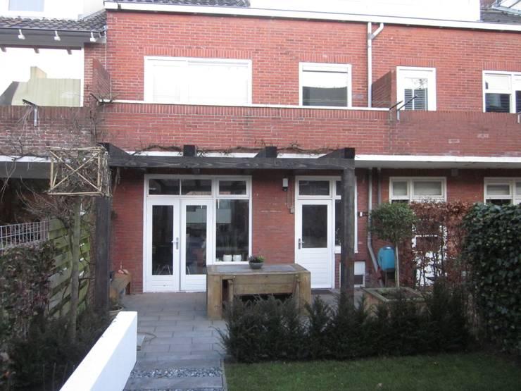 binnentuin binnenstad en een aparte rietgedekte overkapping:  Huizen door GroenerGras Hoveniers