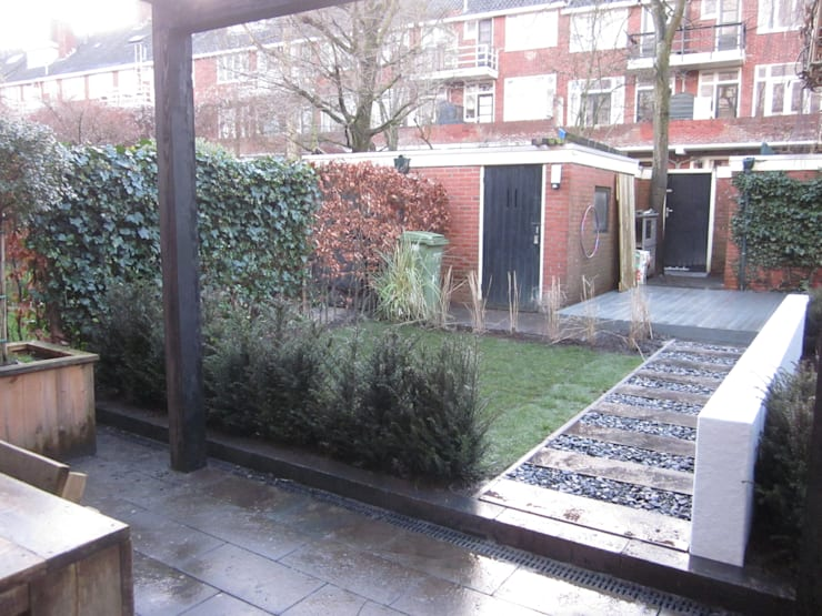 binnentuin binnenstad en een aparte rietgedekte overkapping:  Tuin door GroenerGras Hoveniers
