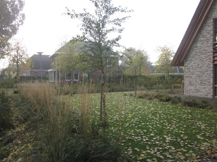 nieuwbouwwoning eelderwolde:  Tuin door GroenerGras Hoveniers