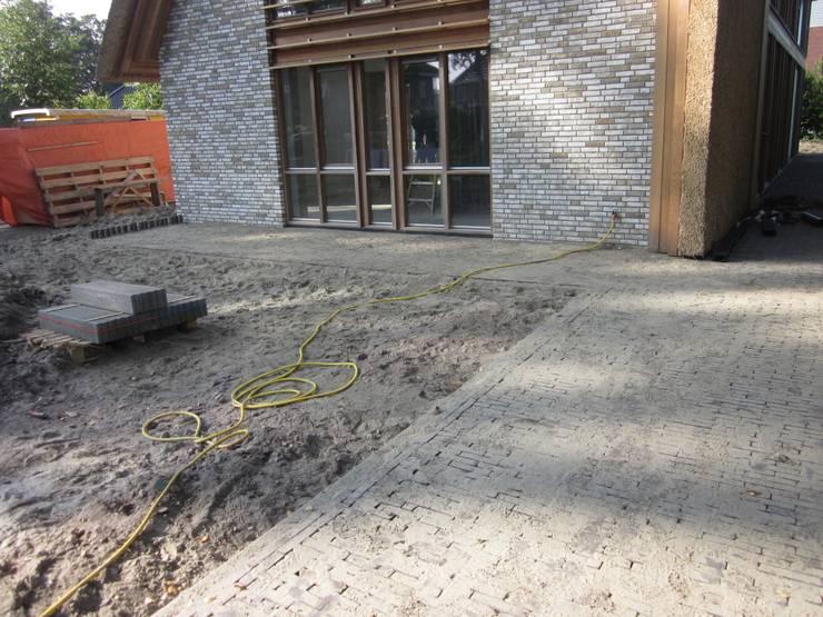 nieuwbouwwoning eelderwolde:  Terras door GroenerGras Hoveniers