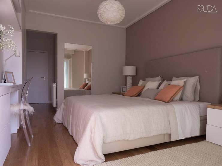 Dormitorios de estilo  por MUDA Home Design