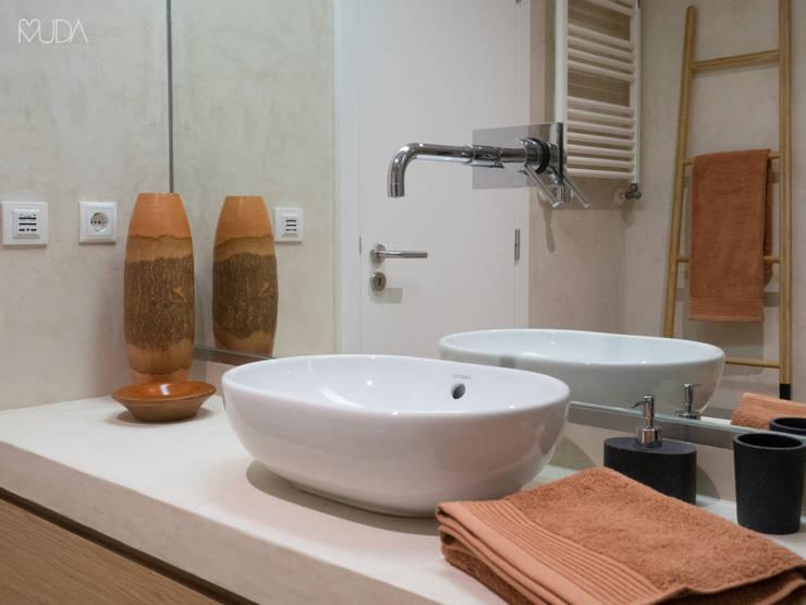 Baños de estilo moderno por MUDA Home Design