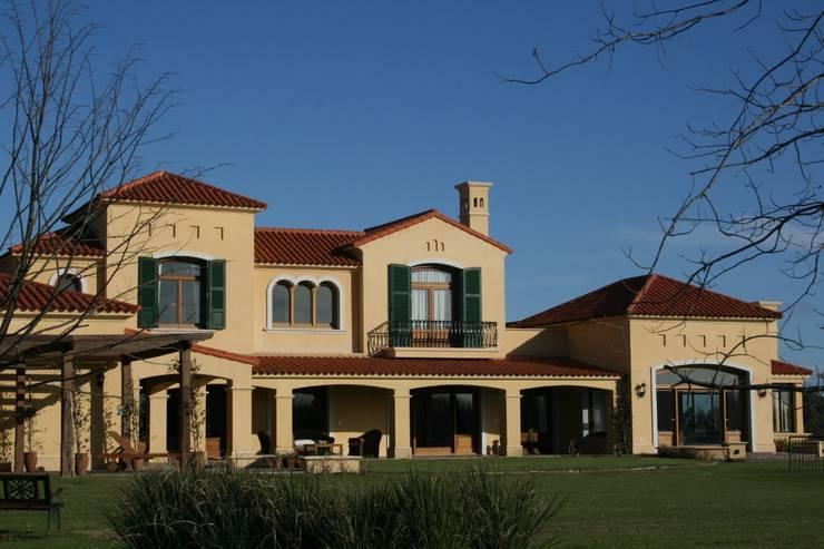 Casa en La Colina - Open Door - Pcia de Buenos Aires: Casas de estilo  por Rocha & Figueroa Bunge arquitectos