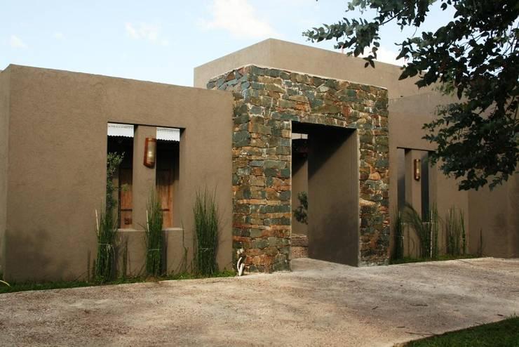 Casa en Manzanares - Pcia de Buenos Aires: Casas de estilo  por Rocha & Figueroa Bunge arquitectos