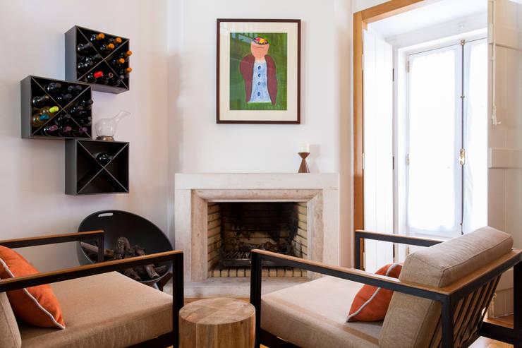 Sala Comum_Zona da Lareira: Sala de estar  por Traço Magenta - Design de Interiores