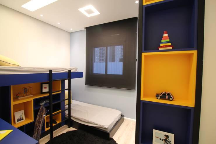 Quarto filhos em azul e amarelo: Quartos  por Pricila Dalzochio Arquitetura e Interiores