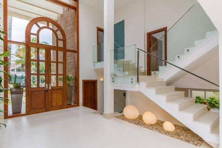 Projekty,  Korytarz, przedpokój zaprojektowane przez Tammaro Arquitetura e Engenharia