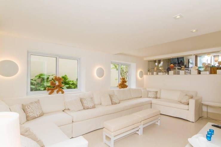 Living room by Tammaro Arquitetura e Engenharia