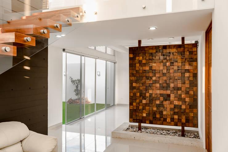 Projekty,  Korytarz, przedpokój zaprojektowane przez GENETICA ARQ STUDIO