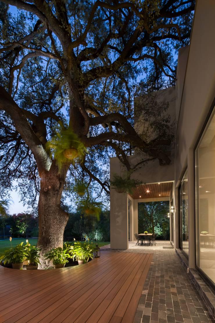 JARDIN: Jardines de estilo  por Rousseau Arquitectos