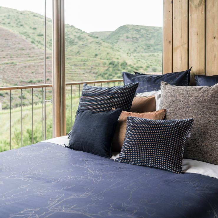 Golden Blue: Quarto  por Home Concept,