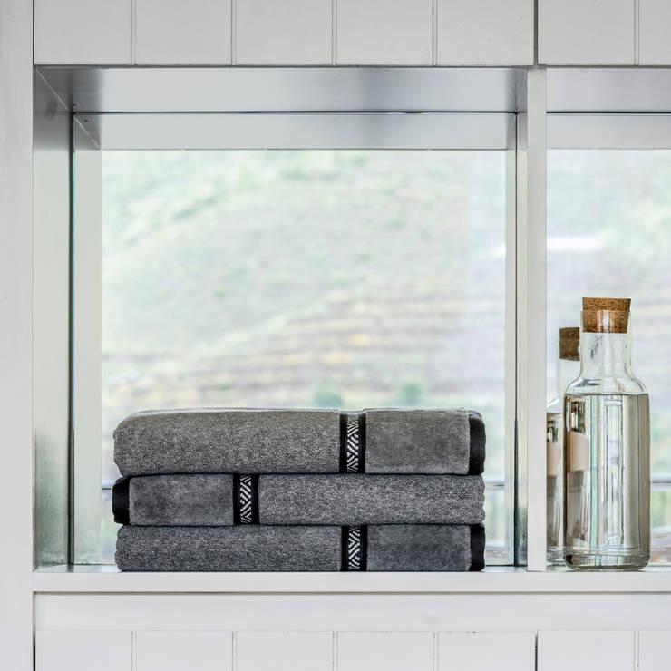 White on Black: Casa de banho  por Home Concept,