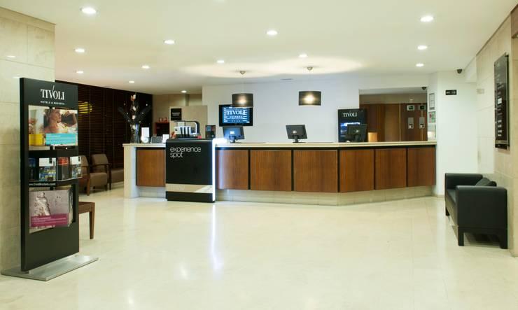 Hotel Tivoli Coimbra: Corredores e halls de entrada  por MARIA ILHARCO DE MOURA ARQUITETURA DE INTERIORES E DECORAÇÃO,