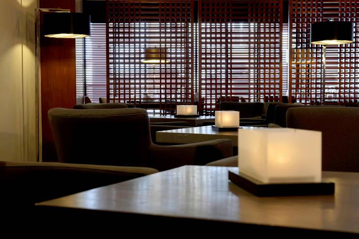 Hotel Tivoli Coimbra: Salas de estar  por MARIA ILHARCO DE MOURA ARQUITETURA DE INTERIORES E DECORAÇÃO,