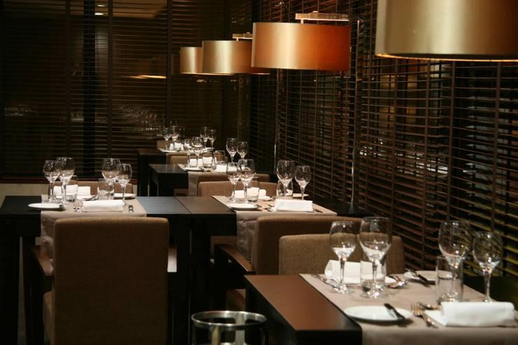 Hotel Tivoli Coimbra: Salas de jantar  por MARIA ILHARCO DE MOURA ARQUITETURA DE INTERIORES E DECORAÇÃO,