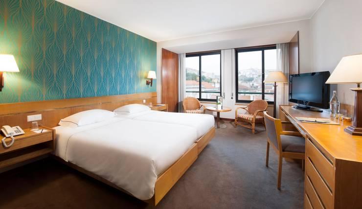 Hotel Tivoli Coimbra: Quartos  por MARIA ILHARCO DE MOURA ARQUITETURA DE INTERIORES E DECORAÇÃO,