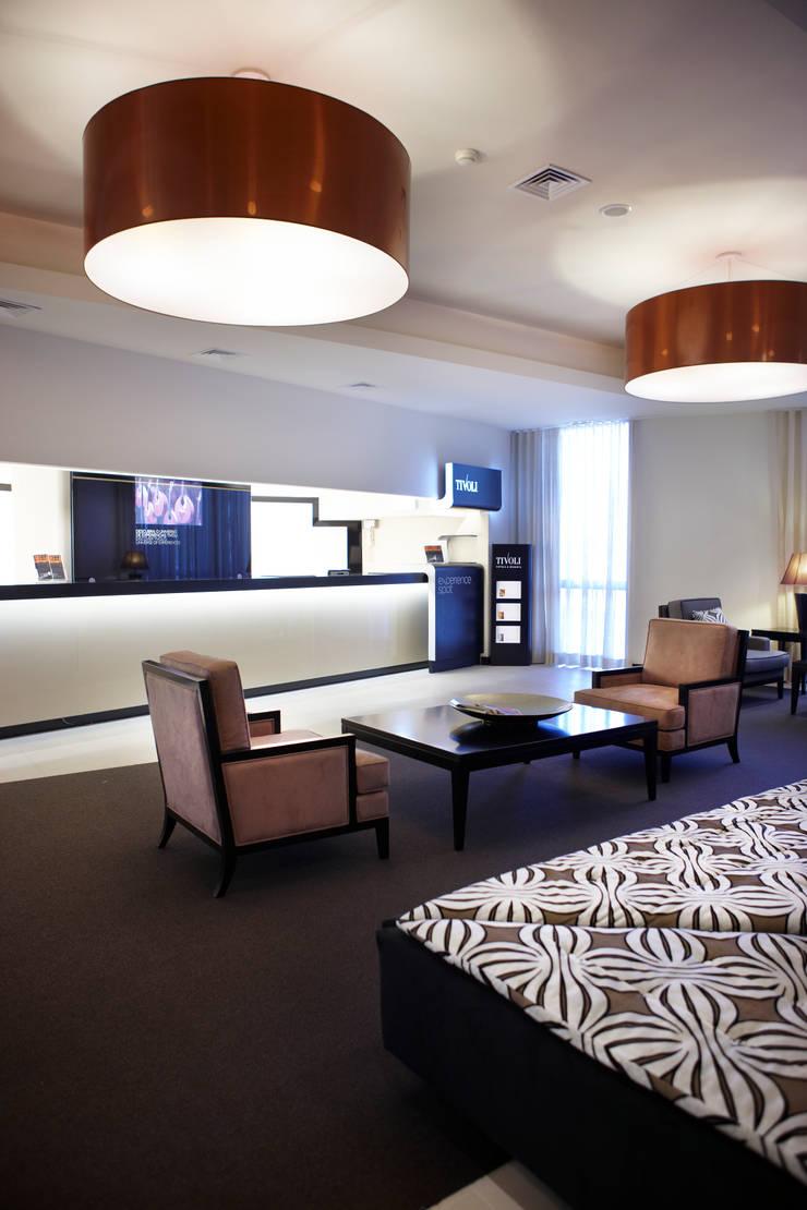 Hotel Tivoli Oriente: Corredores e halls de entrada  por MARIA ILHARCO DE MOURA ARQUITETURA DE INTERIORES E DECORAÇÃO,