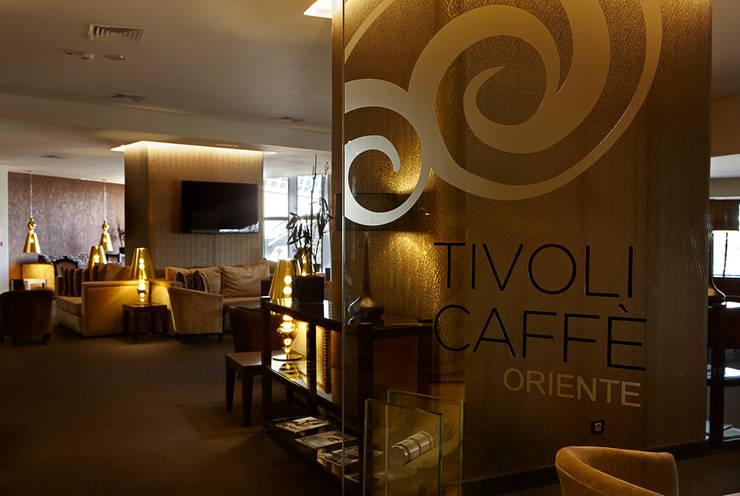 Hotel Tivoli Oriente: Salas de estar  por MARIA ILHARCO DE MOURA ARQUITETURA DE INTERIORES E DECORAÇÃO,