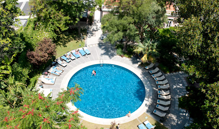Hotel Tivoli Avenida da Liberdade: Piscinas  por MARIA ILHARCO DE MOURA ARQUITETURA DE INTERIORES E DECORAÇÃO,
