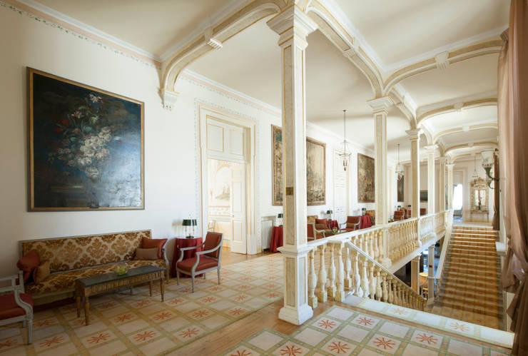 Hotel Tivoli Palácio de Seteais: Corredores e halls de entrada  por MARIA ILHARCO DE MOURA ARQUITETURA DE INTERIORES E DECORAÇÃO,