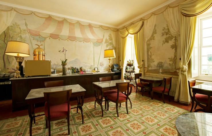 Hotel Tivoli Palácio de Seteais: Salas de estar  por MARIA ILHARCO DE MOURA ARQUITETURA DE INTERIORES E DECORAÇÃO,