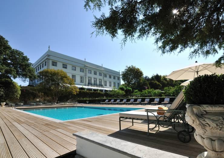 Hotel Tivoli Palácio de Seteais: Piscinas  por MARIA ILHARCO DE MOURA ARQUITETURA DE INTERIORES E DECORAÇÃO,