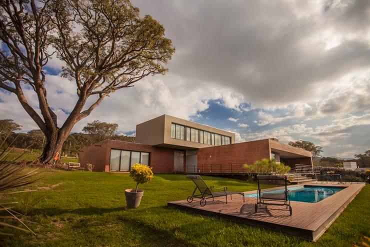 Casa Finca Cuyaya: Casas de estilo  por Horizontal Arquitectos,