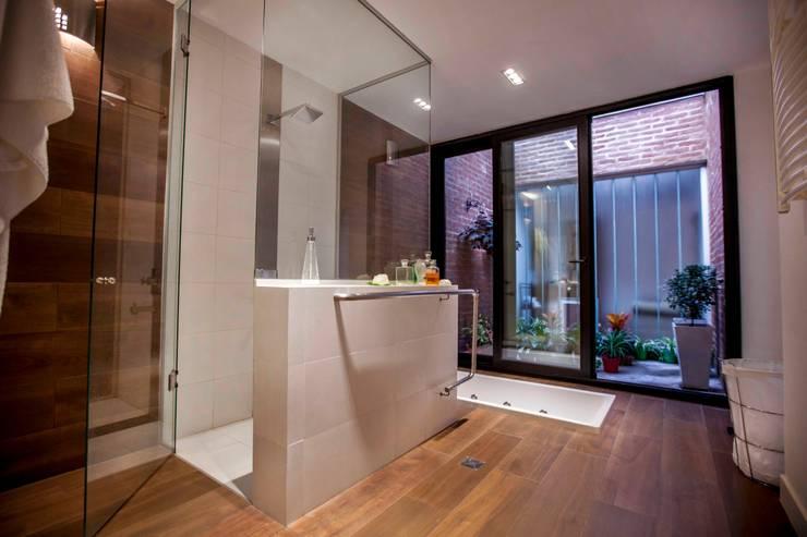 Casa Finca Cuyaya: Baños de estilo  por Horizontal Arquitectos,