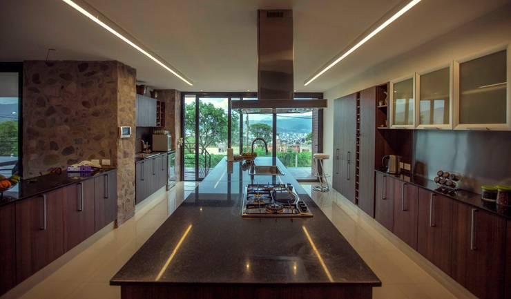 Casa Finca Cuyaya: Cocinas de estilo moderno por Horizontal Arquitectos