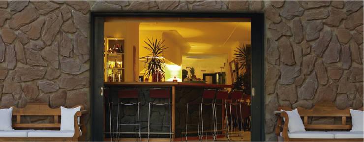 Piedra Alto Relieve  Mixteca: Paredes y pisos de estilo moderno por ENFOQUE CONSTRUCTIVO