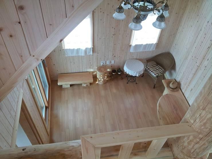 18평 소형 통나무집: 보국주택의  거실,