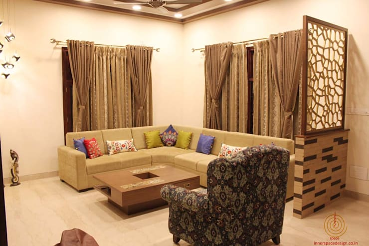 5 BHK Villa Home Interiors in Bangalore:  Living room by Inner Space